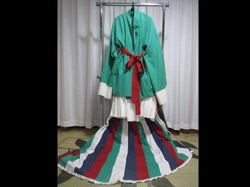 高松塚古墳の壁画に描かれた女官の衣裳